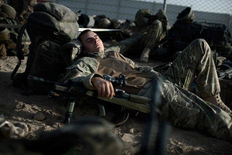 Afghanistan.<br />En britisk soldat tager si et hvil før helikoptertransport til Camp Price. Helmand