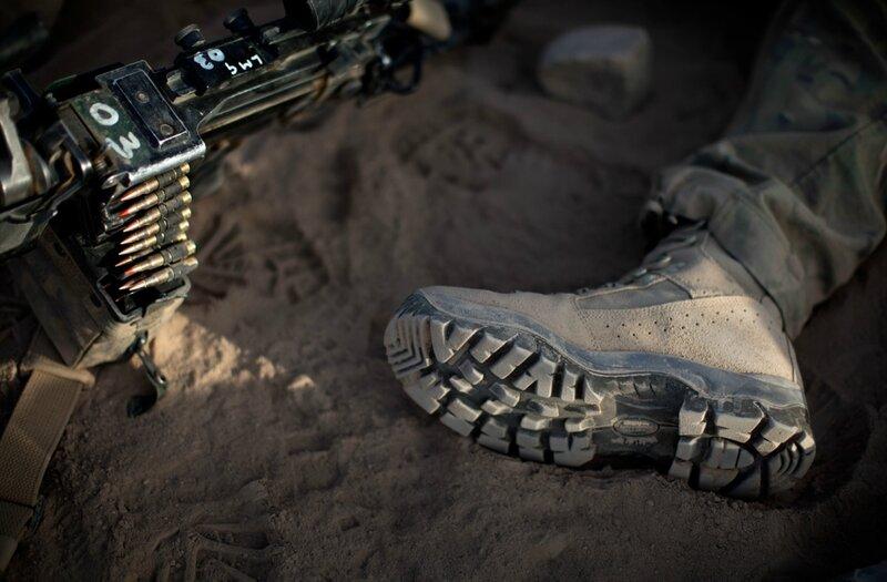 Afghanistan.<br />En soldat hviler sig mens han venter på helikoptertransport fra Camp bastion, Helmand.