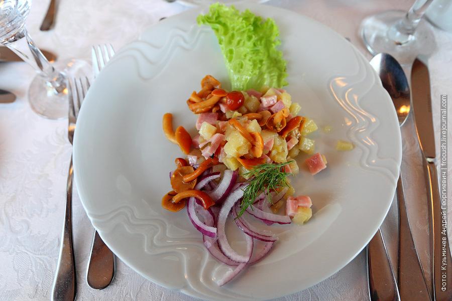 Салат «Финский» (ветчина, картофель, грибы, лук)