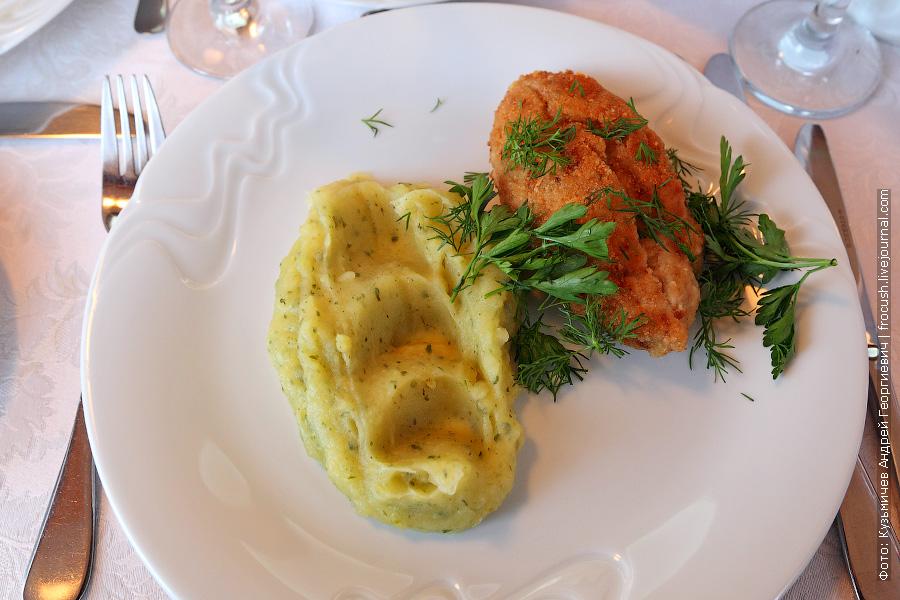 Котлета «Централь» (из курицы), пюре картофельное со шпинатом