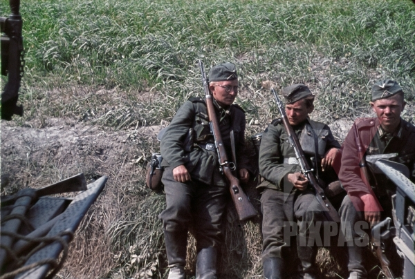 stock-photo-14th-panzer-division-infantry-resting-beside-road-russia-1941-8884.jpg