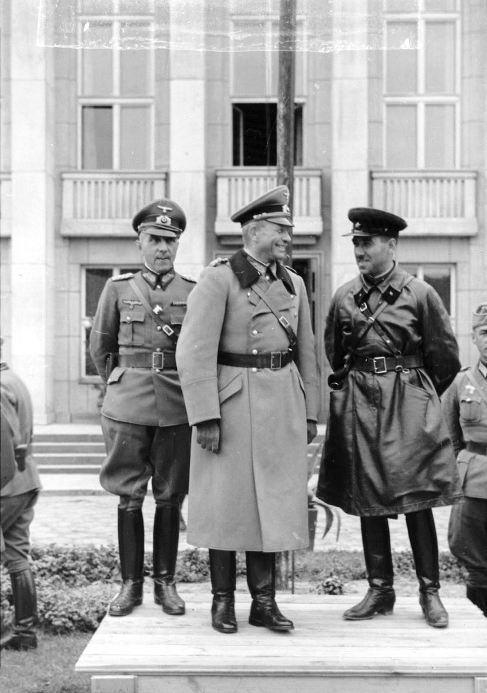 Генерал Гудериан и комбриг Кривошеин во время передачи города Брест-Литовска Красной Армии.jpeg