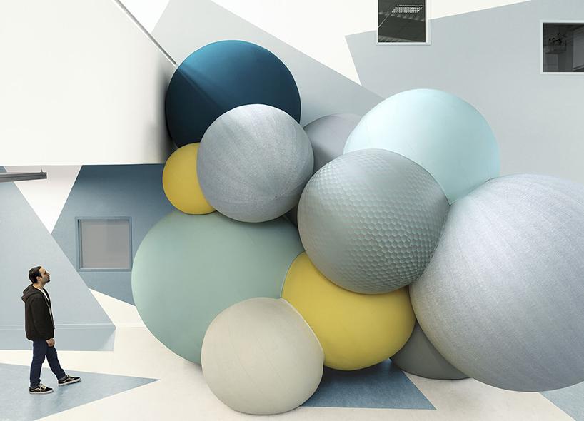 Связка огромных шаров на Milan Design Week 2017