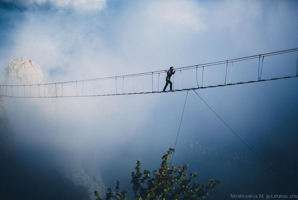 6. По мостам идёт достаточное количество людей, а так же присутствует ветер, который немного ра
