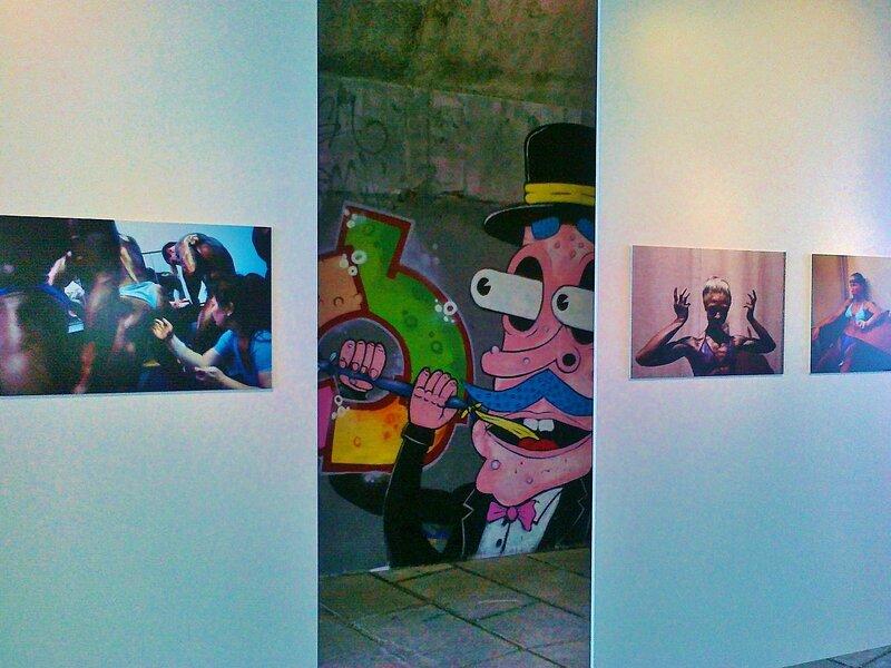 Фото-галерея на фоне граффити под Гаванским мостом