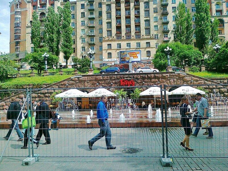 Ограждение фан-зоны возле фонтана Крещатик