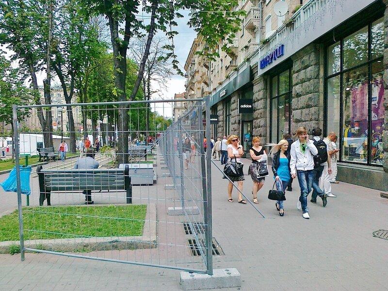 Ограда фан-зоны вдоль Крещатика