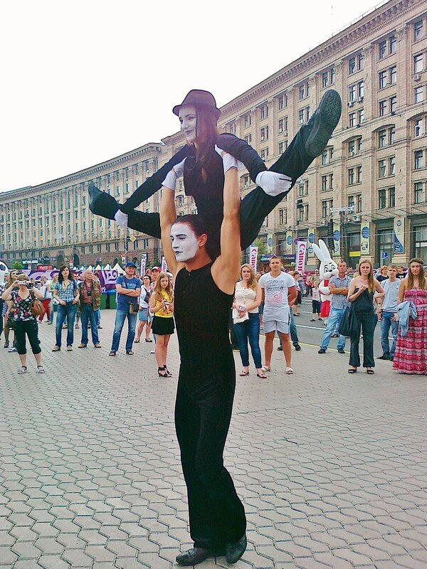 Выступление мимов в фан-зоне на Майдане Незалежности