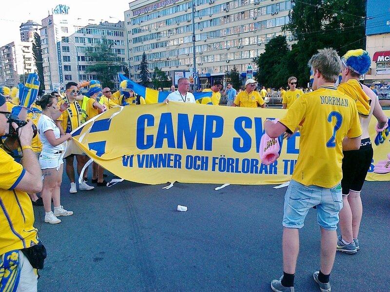 Построение перед маршем шведских фанов