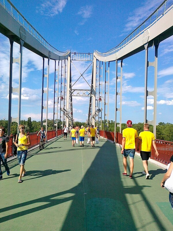 Шведские фаны на Пешеходном мосту