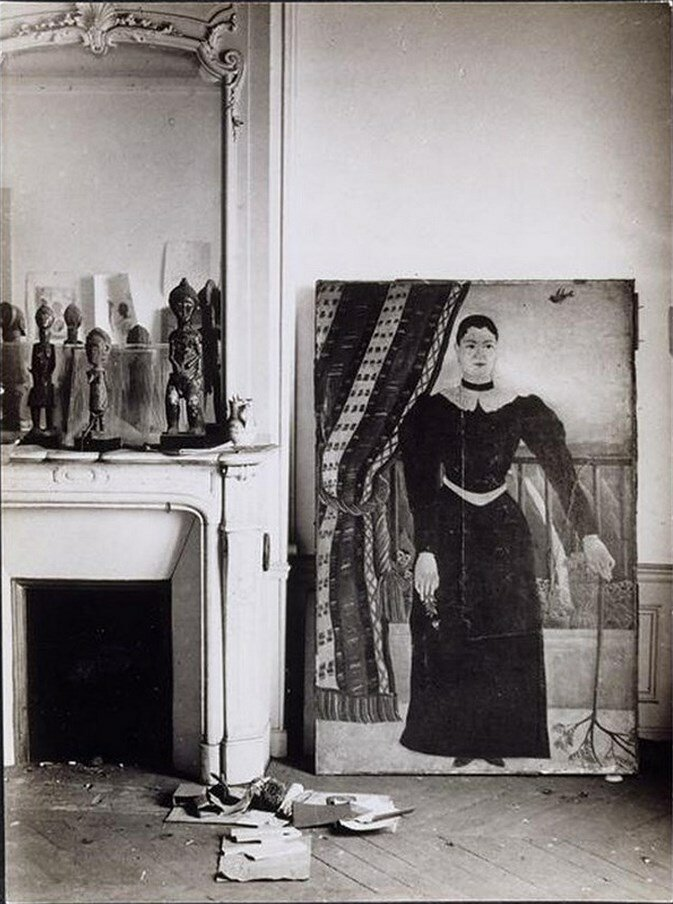 1933. Студия Пикассо на ру ля Ботье. Картина «Портрет девушки» Анри Руссо