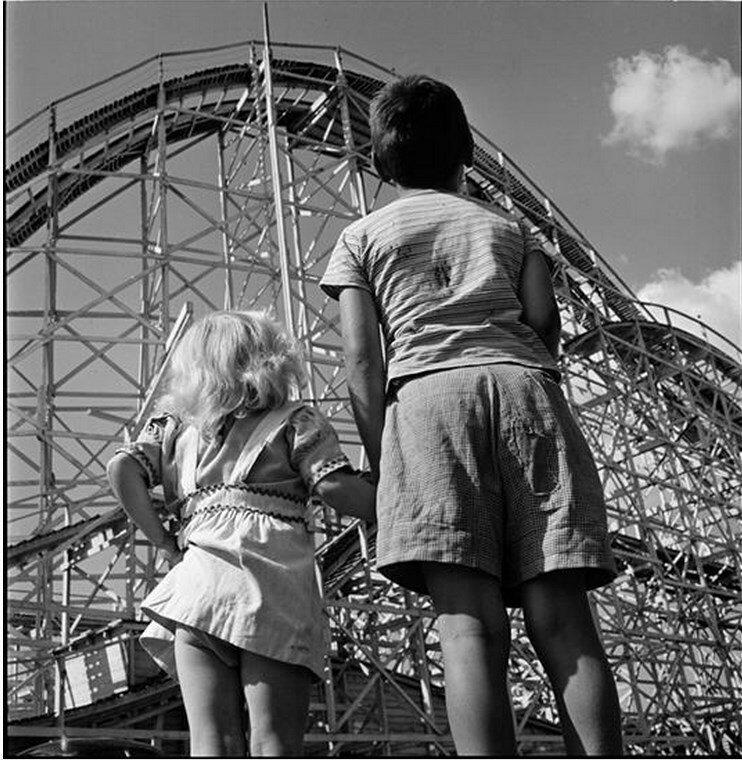 1946. Парк развлечений Палисейдс.  Дети смотрят на американские горки
