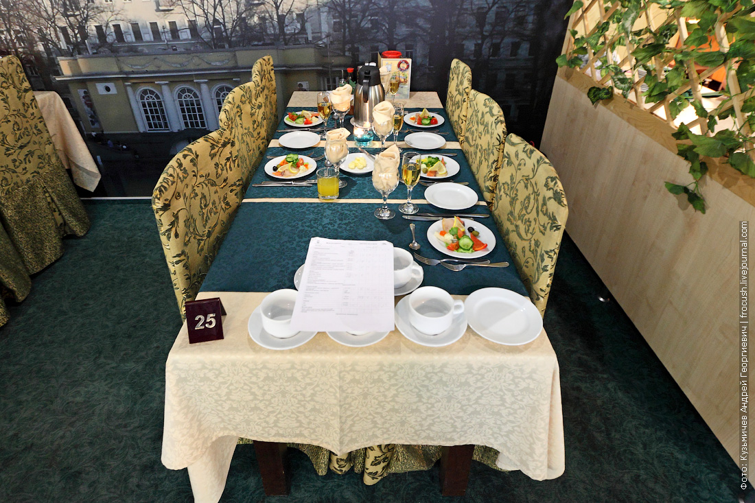 столик №25 перед началом ужина в ресторане Старая Москва теплохода Михаил Булгаков