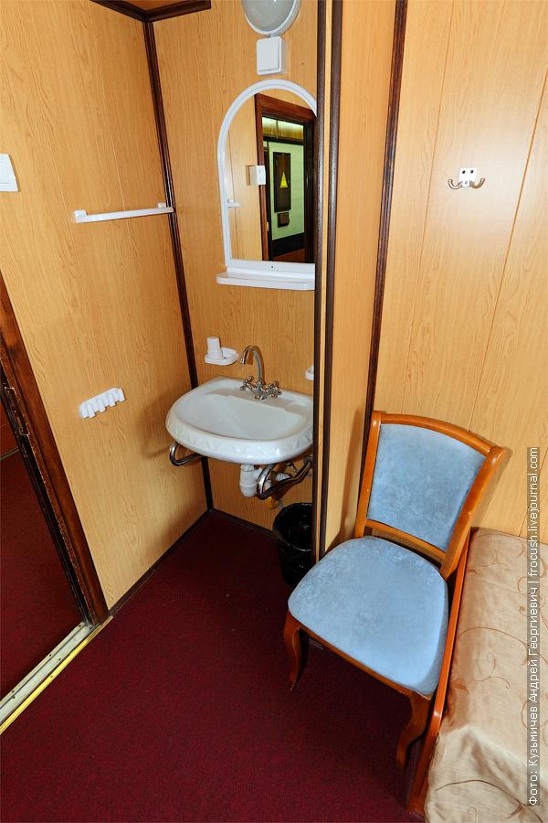 Двухместная одноярусная каюта №8 на средней палубе с умывальником. Категория каюты Б2. Теплоход «Башкортостан»