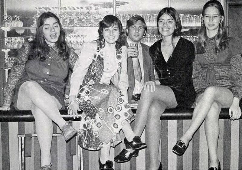 Фото красивых девушек в юбках сидя 27 фотография
