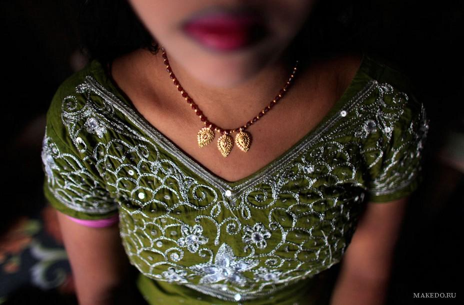 16-летняя Майя работает проституткой в борделе Тангайла, Бангладеш. . Обсл