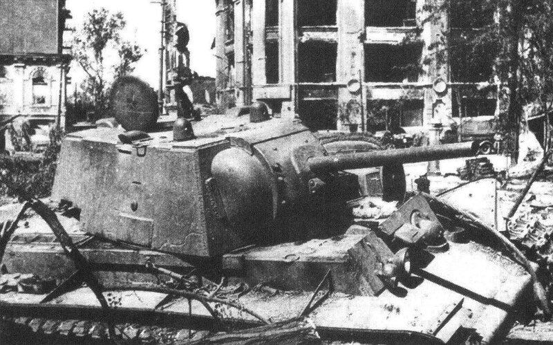 Гигантские танки с грохотом приближались, стремительно вырастая в размерах.  Танк КВ-1, подбитый во время боёв в...