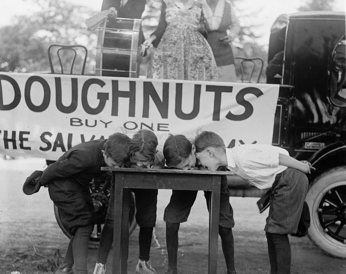 4. 1922 год. Конкурс по поеданию пончиков, организованный Армией спасения.