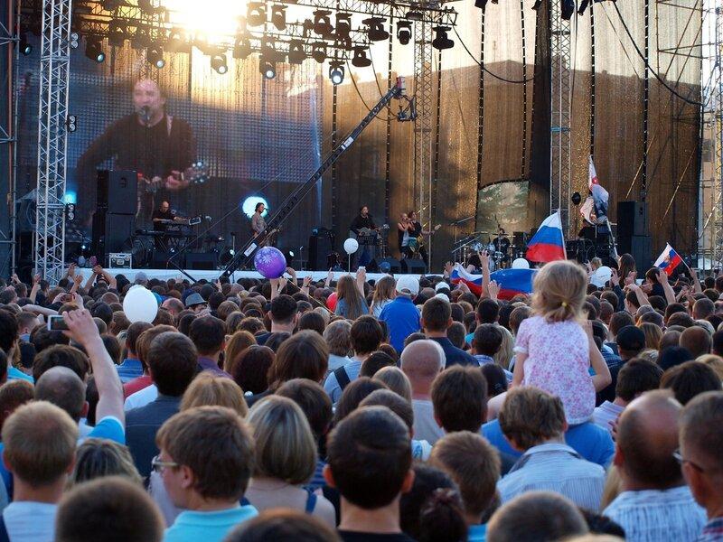 зрители перед сценой на концерте ДДТ в Кирове