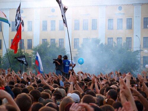 зрители жгут фаеры на концерте ДДТ в Кирове