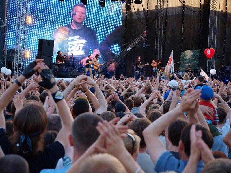аплодирующие зрители на концерте ДДТ в Кирове