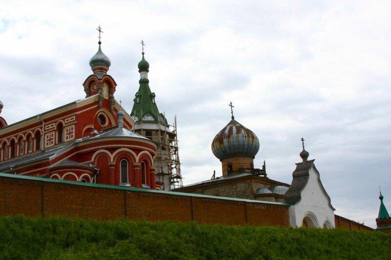 Вид на монастырь со стороны Волхова