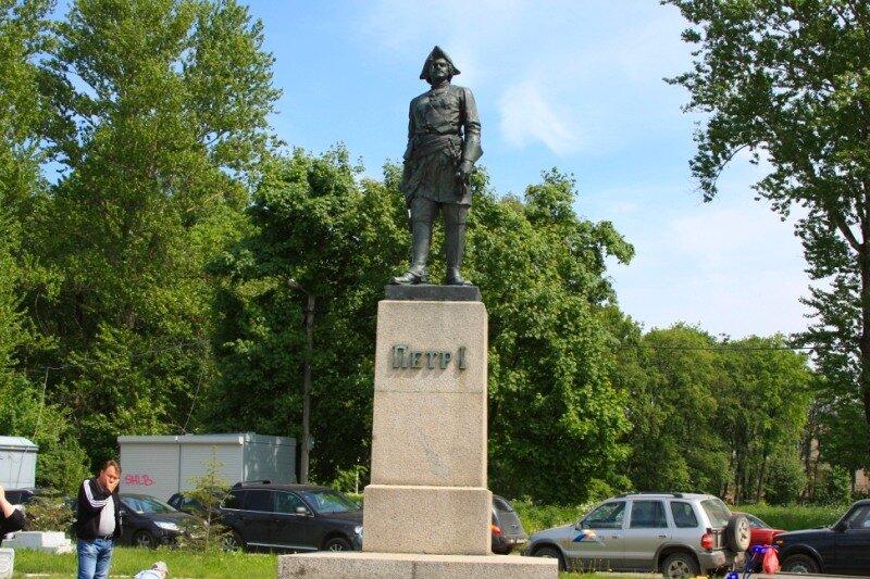 Памятник Петру на пристани