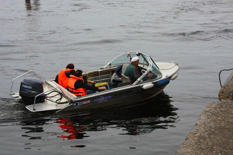 и такие маленькие катера тоже переправляют на остров