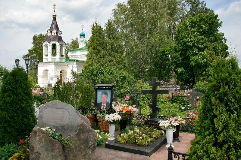 Рождественно-Суворово, Могила офтальмолога Святослава Федорова