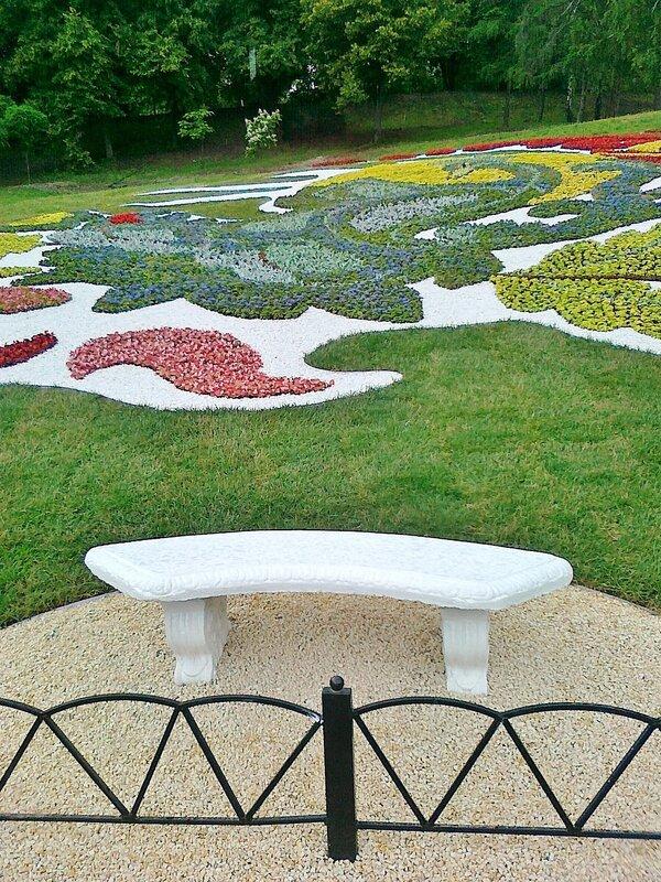 Декоративная скамейка - элемент цветочной композиции