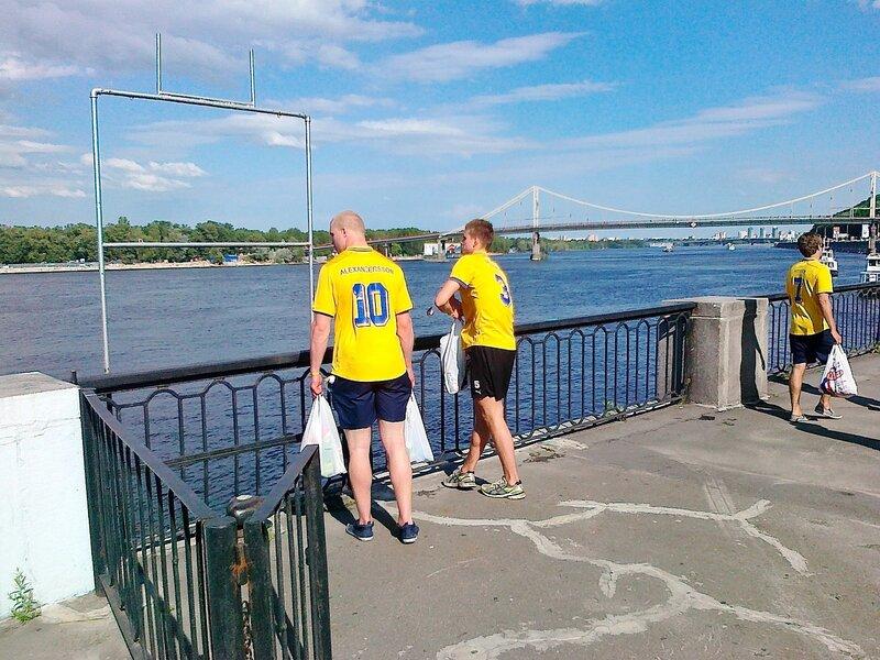 Шведские фаны на набережной Днепра