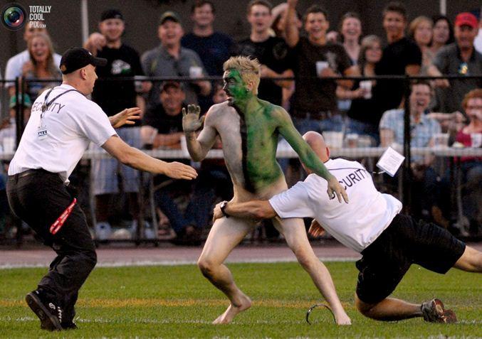 streaker / стрикер - голый мужчина на футбольном поле
