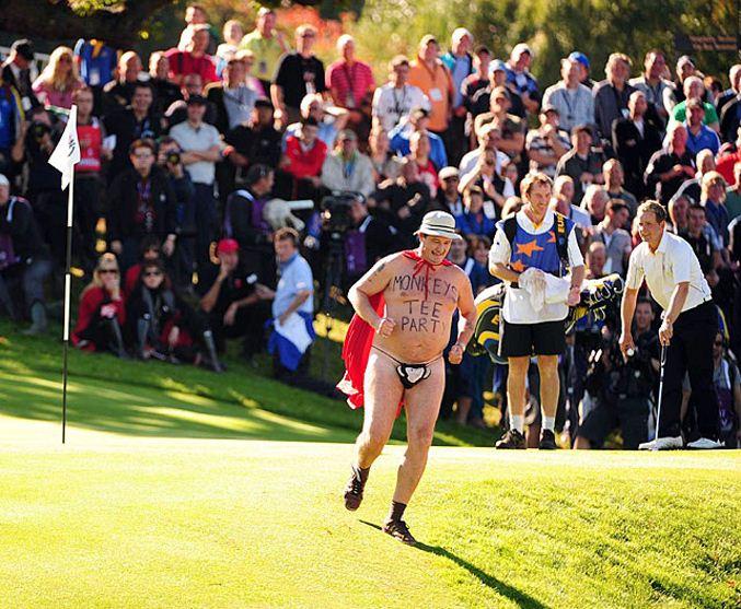 streaker / стрикер - голый мужчина на поле для гольфа