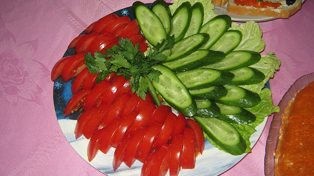 Украшение на салат из помидоры фото