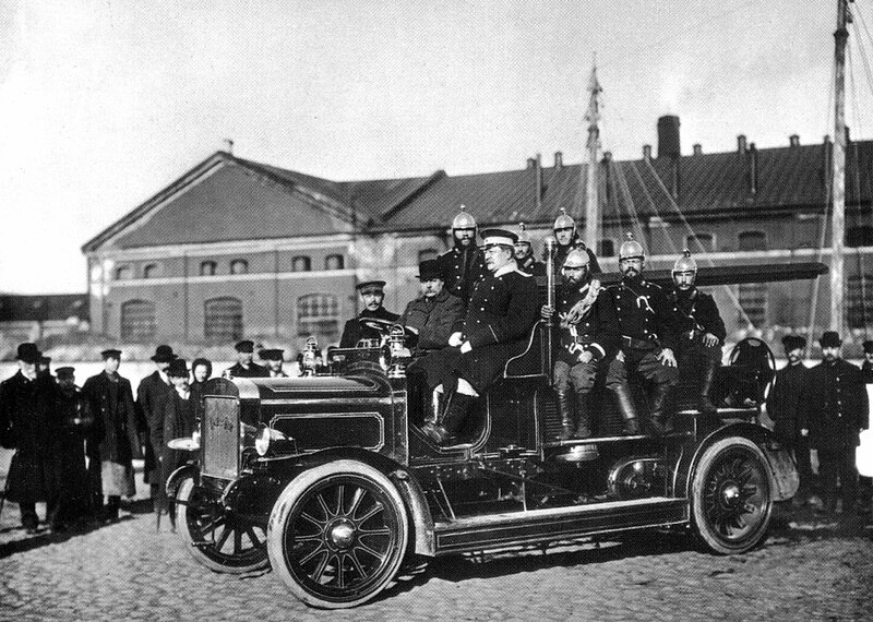 Пожарные в пожарной машине системы «Коммер-Кар». Санкт-Петербург. Сентябрь 1911 г. Фото К. Булла