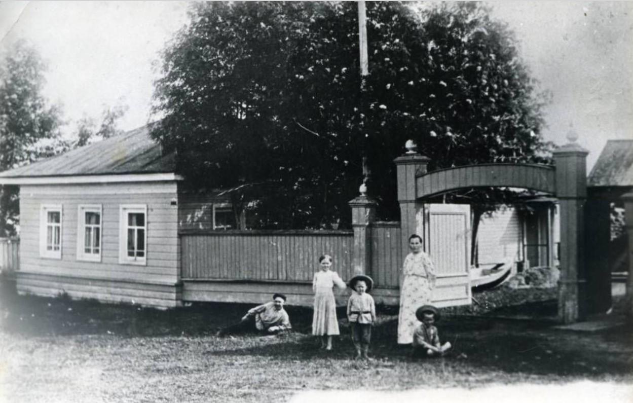 Политический ссыльный А.В.Волков с семьей