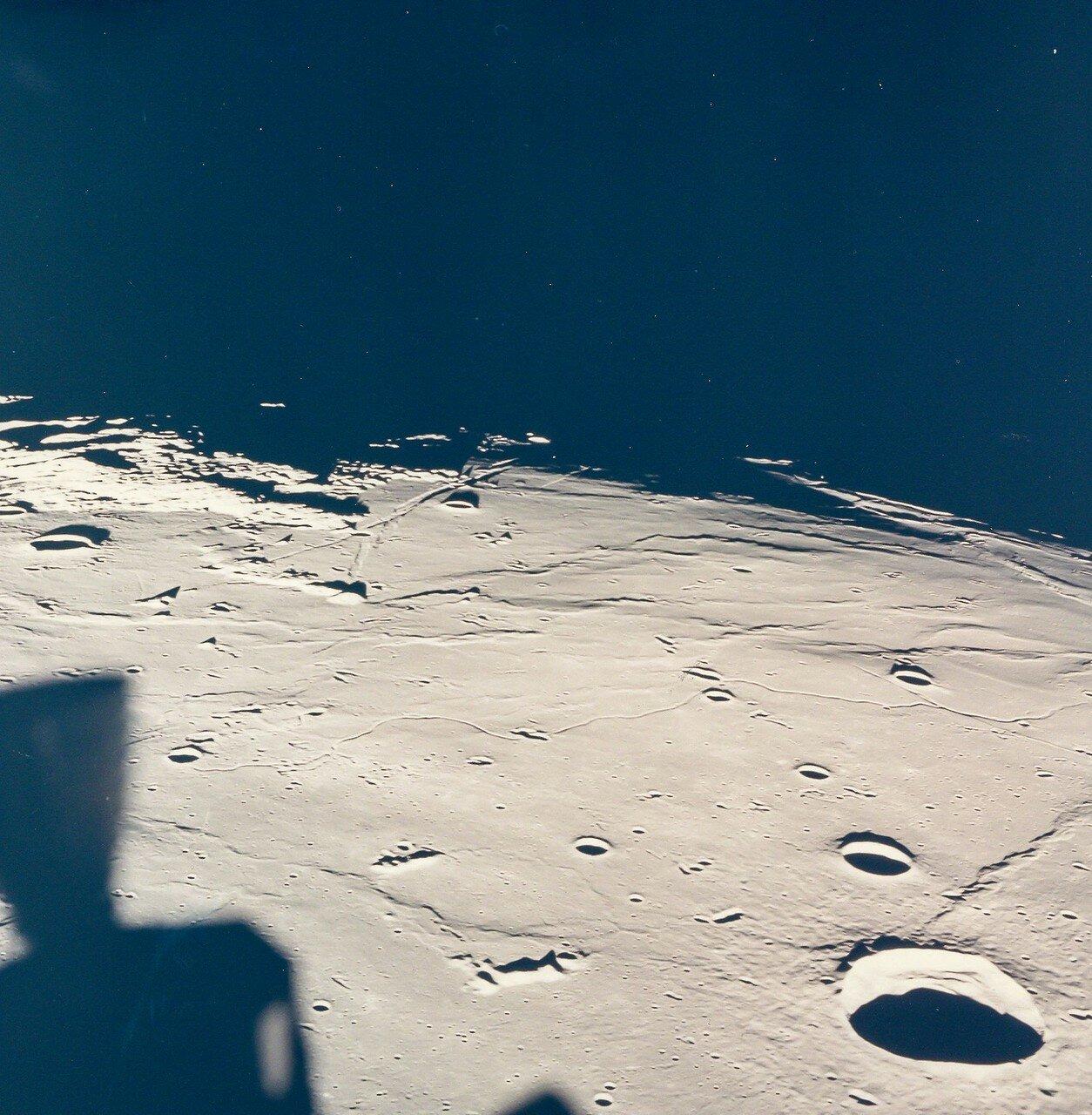 Как вспоминал Армстронг, на высоте около 9 метров «Орёл» по неизвестной причине начал перемещаться влево и назад. С движением назад справиться удалось, но полностью погасить перемещение влево не получилось