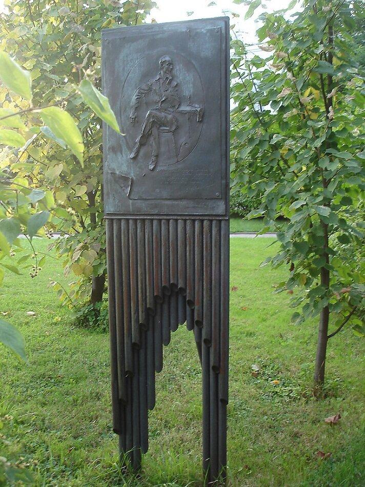 Памятник был установлен в филологическом дворике  27 апреля 2007 года.Памятник находится во дворе филфака СПбГУ.