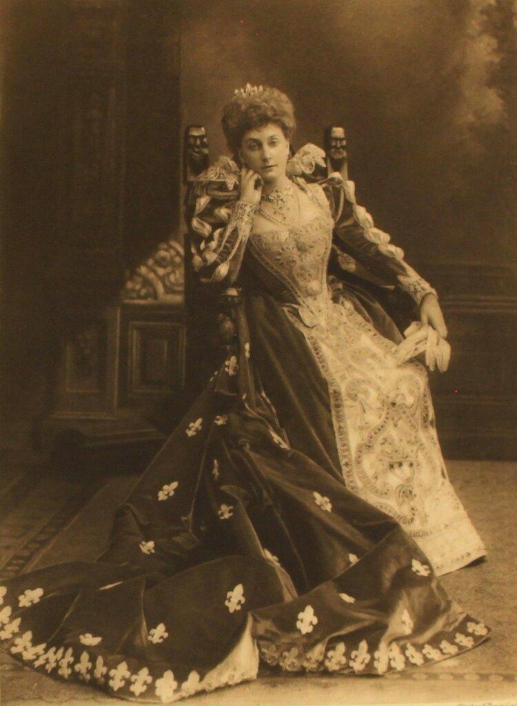lady-alington-as-duchesse-de-nevers-dame-de-la-cour-de-s-m-marguerite-de-valois-p213.jpg