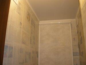 Итог: шторка, закрывающая нишу с полками на задней стенке, полаченные стены