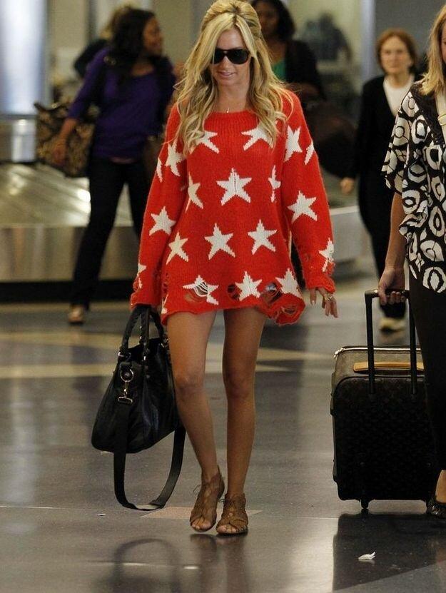 Растянутый красный свитер