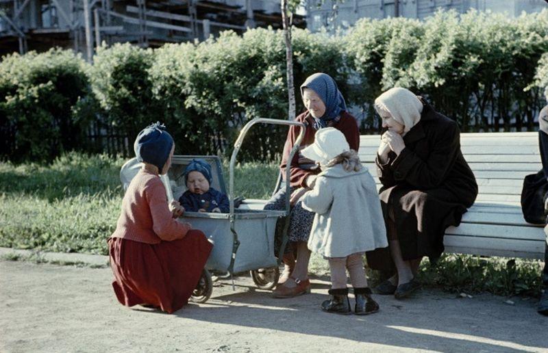 А когда-то малышей в таких колясках возили.