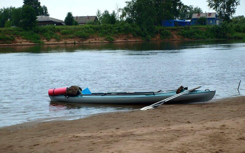 Байдарка Вуокса на фоне реки Вятки и обрывистого берега