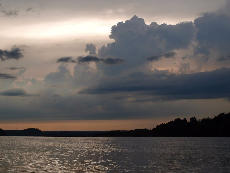 после грозы. Облака, река Вятка и серебряное небо