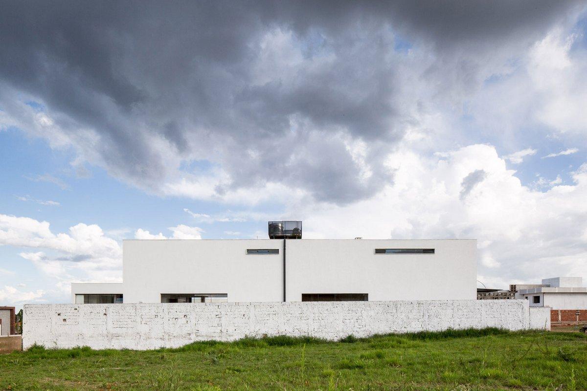 Esquadra|Yi, дома в Бразилии, светлый фасад частного дома, частный дом с бассейном фото, терраса в частном доме фото, панорамные окна в частном доме