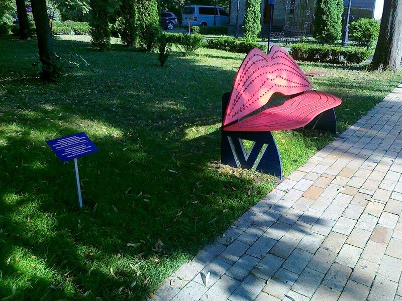 Новая парковая скамейка в Хрещатом парке