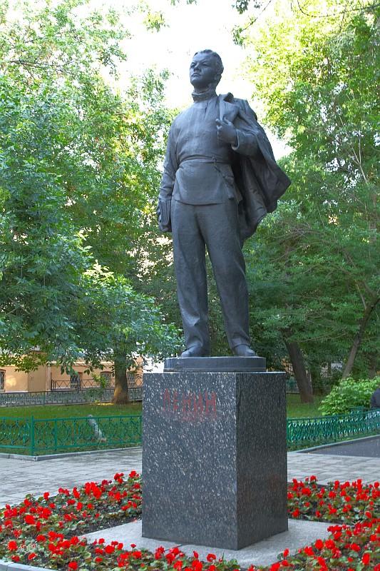 Памятник Ленину-гимназисту
