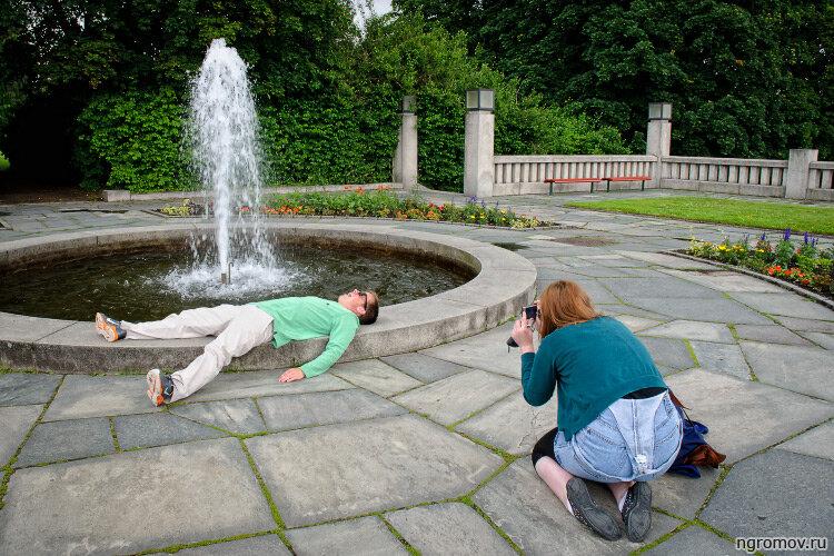 Совершенно понятный сюжет (пара, фонтан, фотографирование фотографирования)