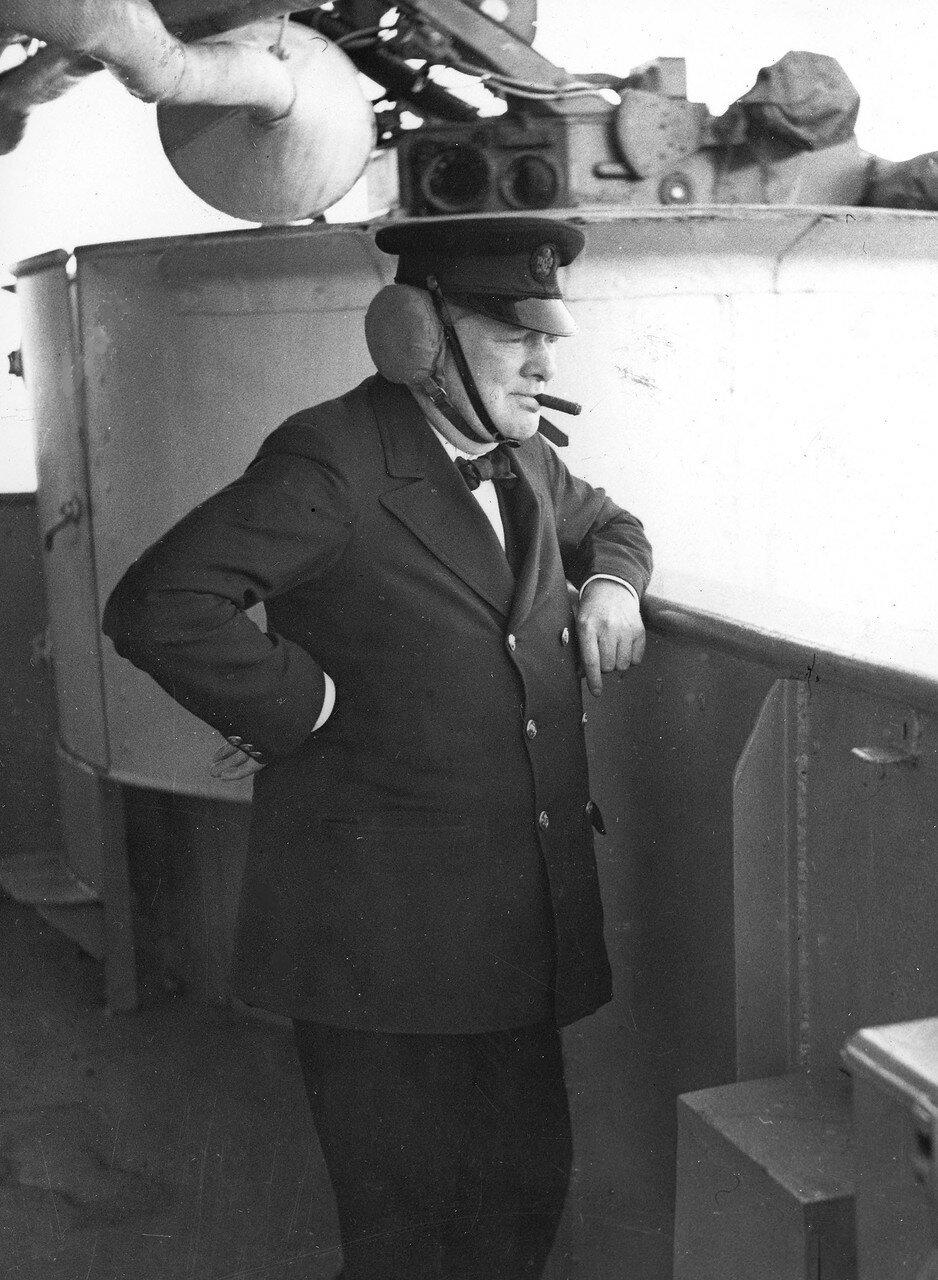 1943. Премьер-министр Великобритании Уинстон Черчилль в наушниках на борту линкора «Renown» наблюдает за учебной артиллерийской стрельбой Королевского флота. Сентябрь
