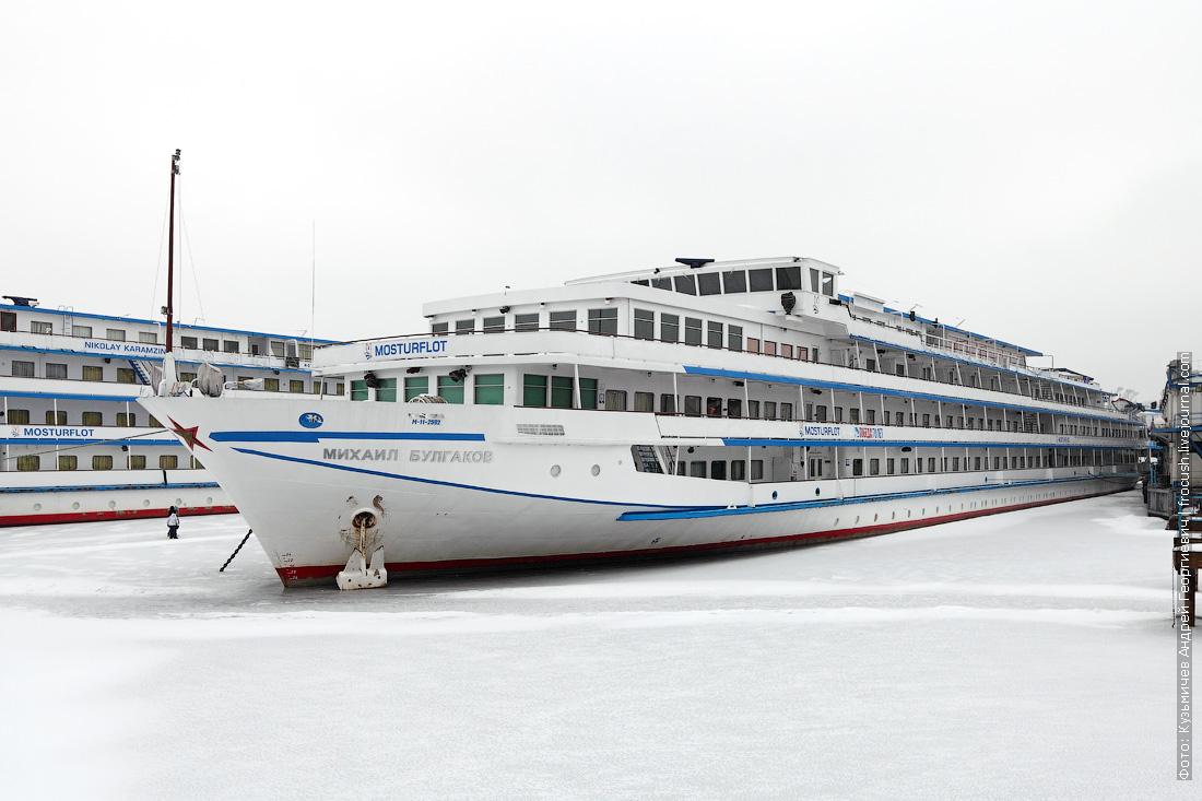 теплоход Михаил Булгаков зимой в Хлебниково фотография